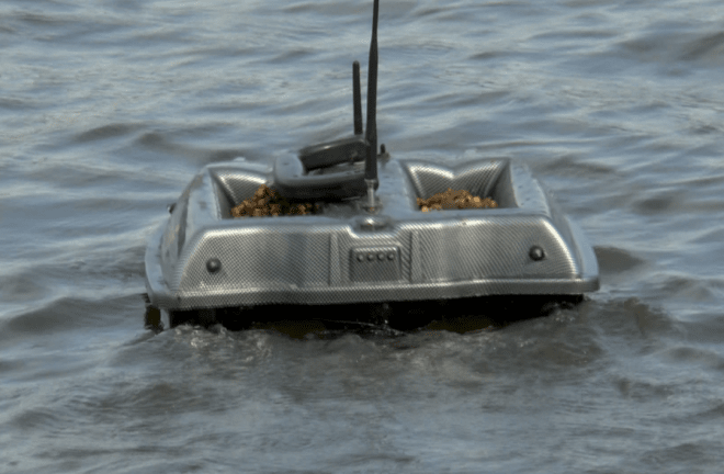 Кораблик Carpboat в воде