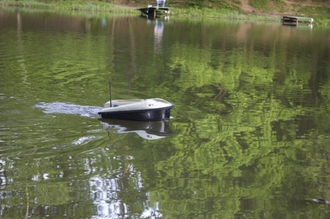 Работа катера для прикормки рыб