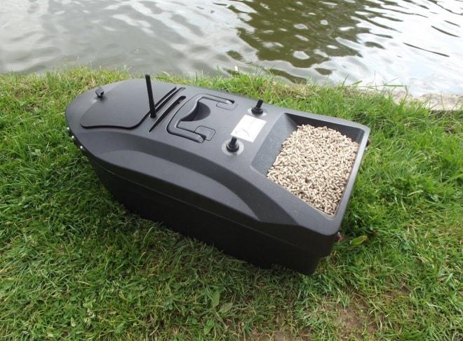 Лодка с прикормкой для рыбалки