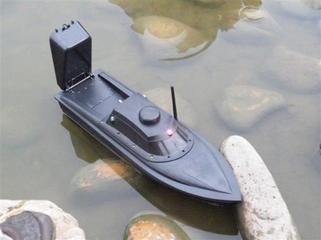 Катер для прикормки рыбы в воде